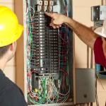 Des électriciens remplacent un panneau électrique 20 amp