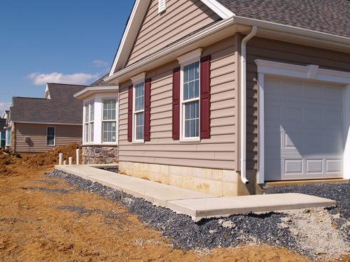 Maison en construction avec un recouvrement extérieur en vinyle - L ...