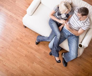 Jeune couple dans leur maison neuve