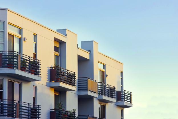 Condos neufs ou maisons neuves bloc vue sur balcons noirs